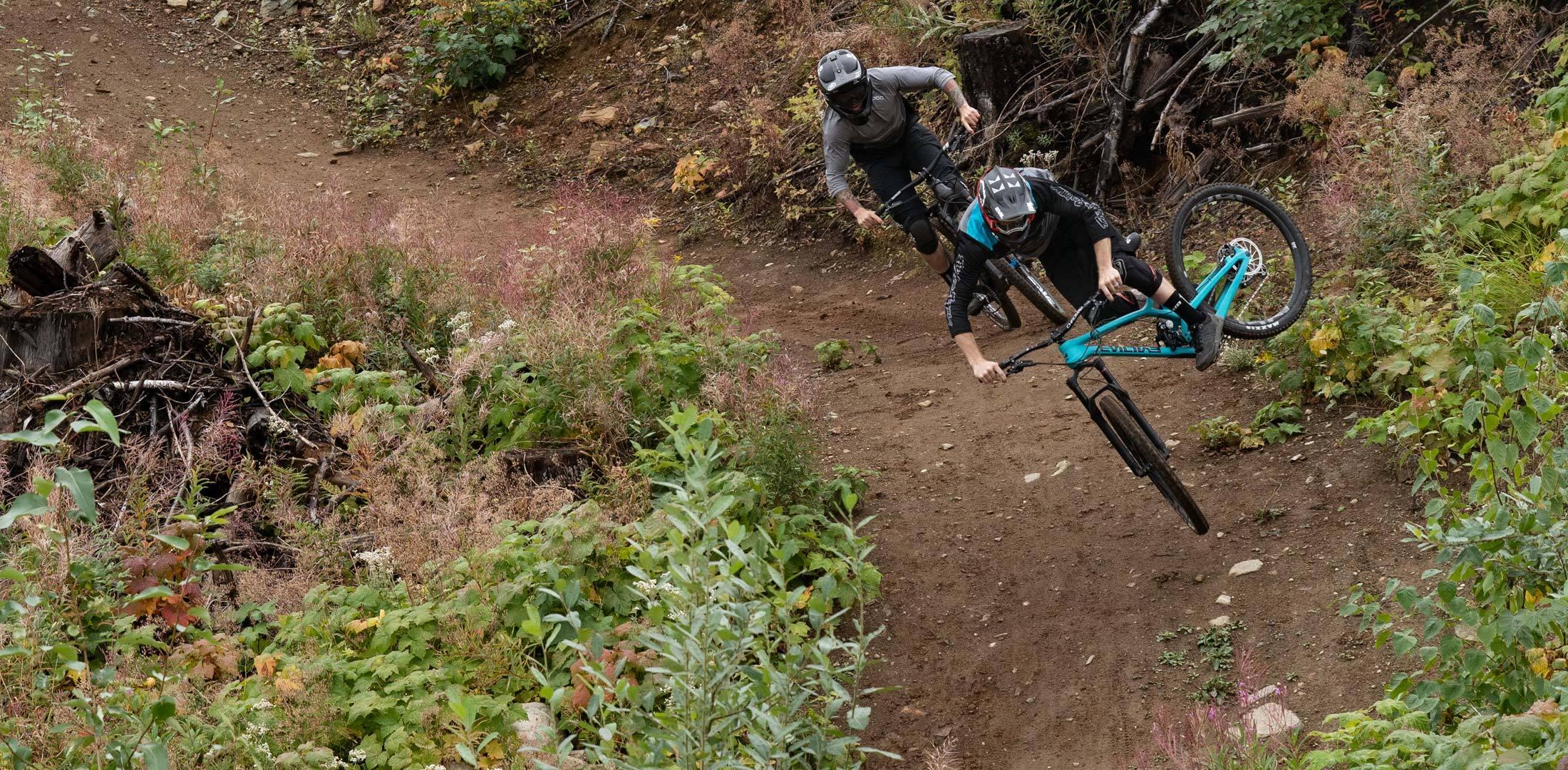 Evil Offering Actionfoto mit zwei Bikern und Sprung