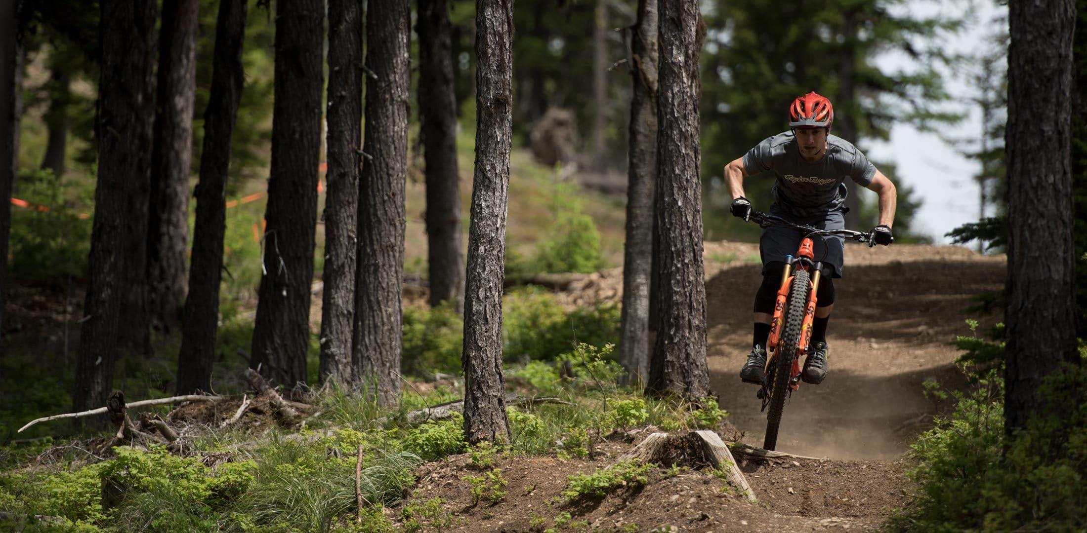 Evil Following MB Actionfoto im Wald auf einem Trail