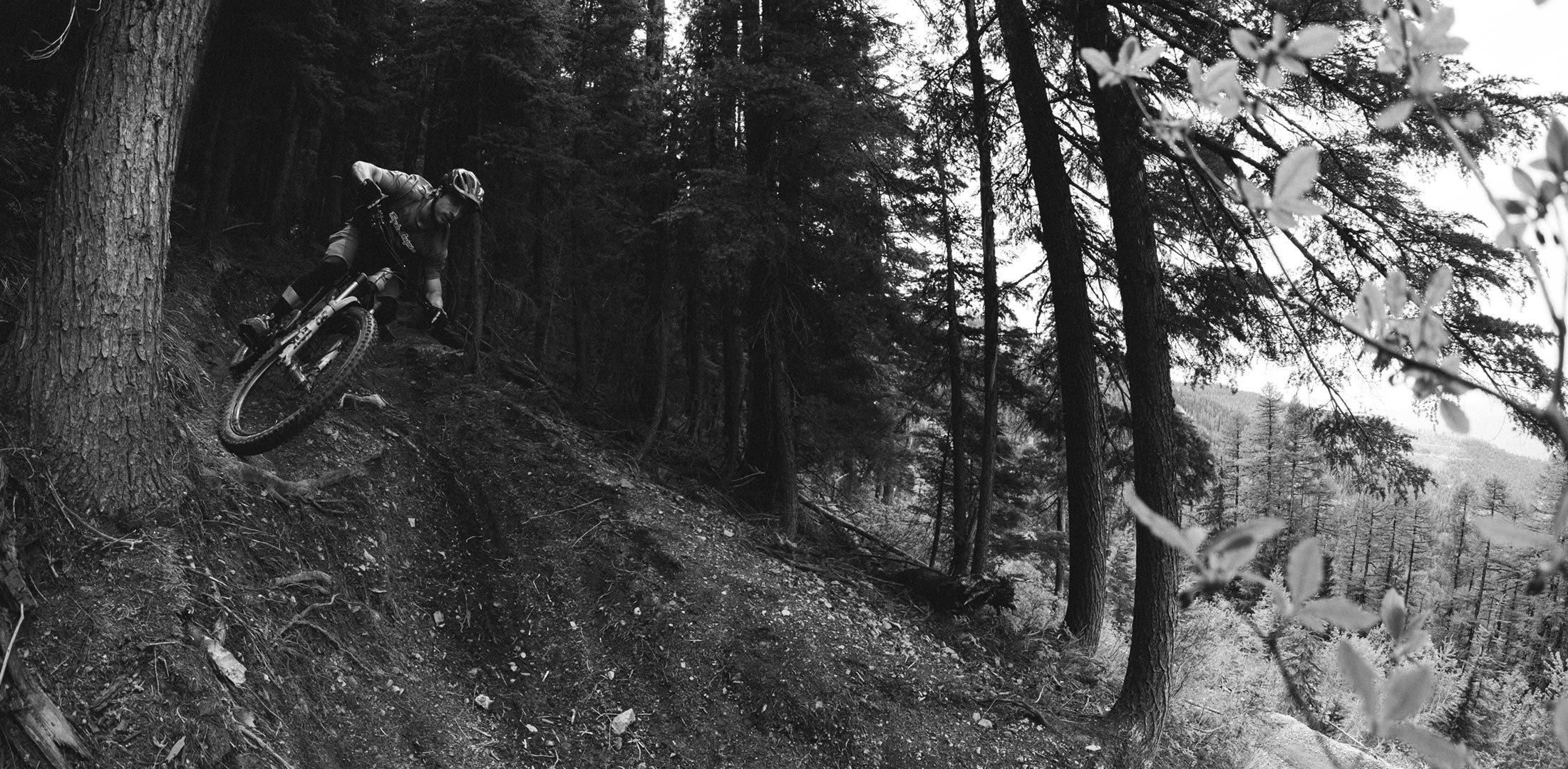 Evil Following MB Actionfoto schwarz weiß im Wald